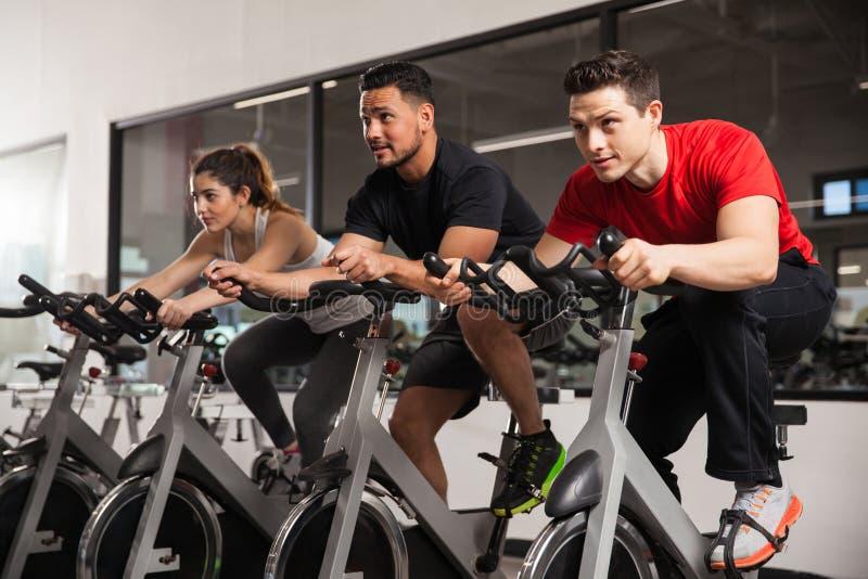 做一些的人们转动在健身房 免版税图库摄影