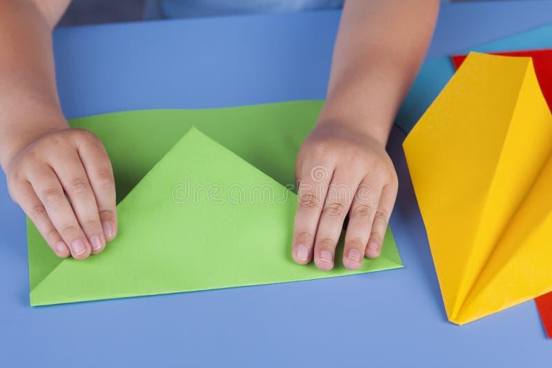 做一架绿皮书飞机的孩子 免版税库存图片