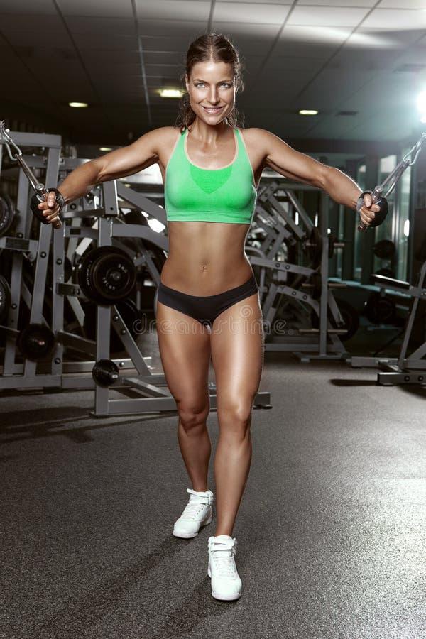 做三头肌锻炼的好性感的妇女 库存图片