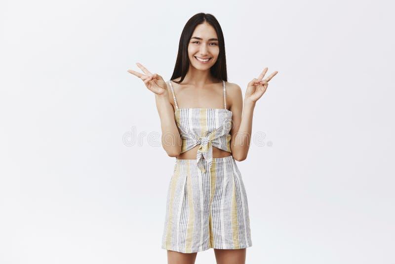 做不是和平战争 有吸引力的时兴的亚洲女性模型画象与长的黑发的在配比的上面和短裤 库存照片