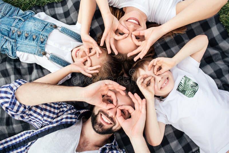 做与他们的手指的家庭的滑稽的图片滑稽的回合在眼睛 他们使用 所有说谎  库存照片