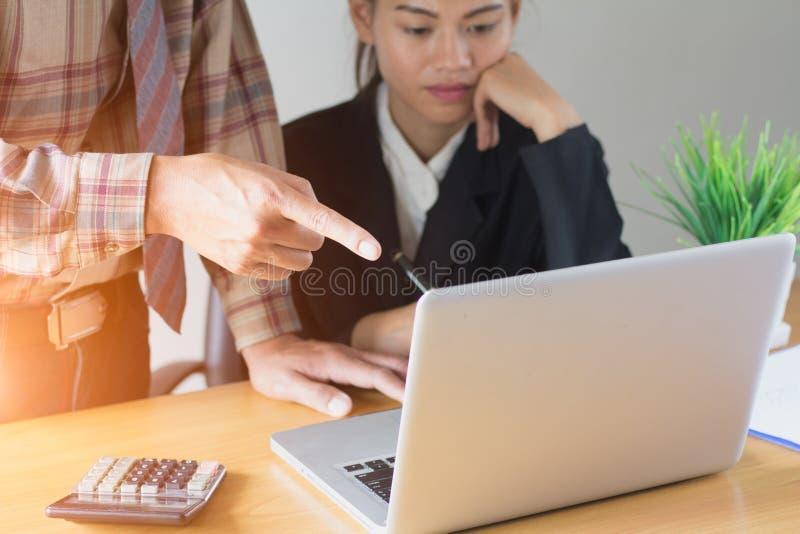 做与他的同事和事务的商人介绍 库存图片