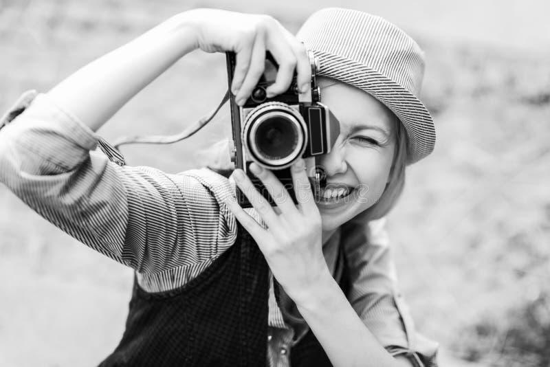 做与减速火箭的照相机的行家女孩照片 免版税库存图片