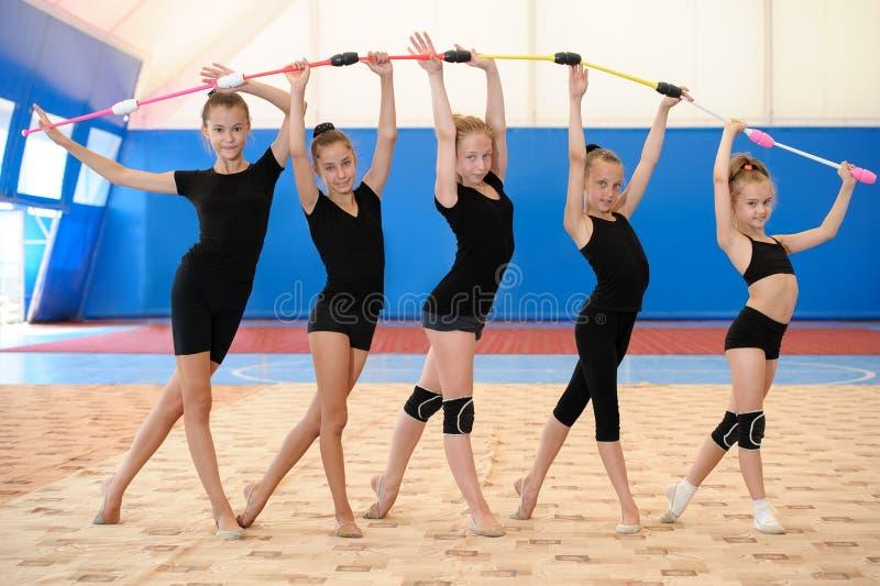 做与印地安俱乐部的年轻女性体操运动员弓 免版税库存图片