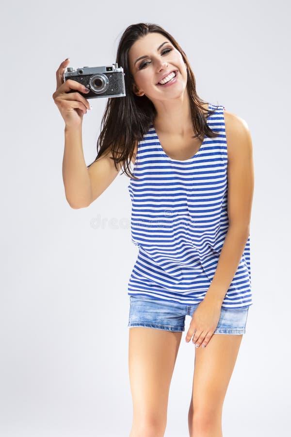 做与古板的影片照相机的运动衫的女孩照片 库存图片