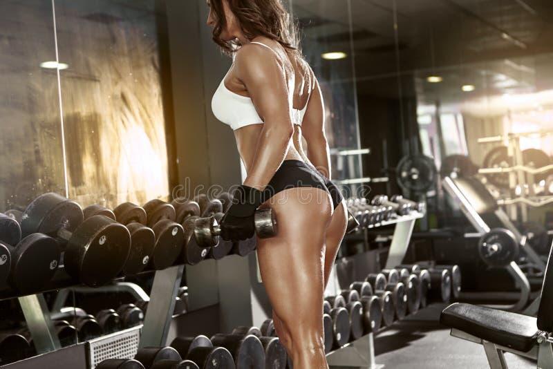 做与哑铃的好性感的妇女锻炼 免版税库存照片