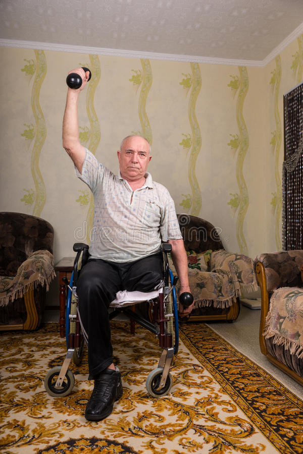 做与哑铃的残疾老人锻炼 库存照片