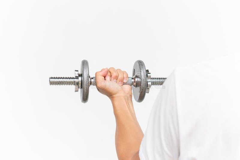 做与哑铃的肌肉人胳膊锻炼在与拷贝文本空间,运动的人举的哑铃0n的白色白色背景 免版税图库摄影