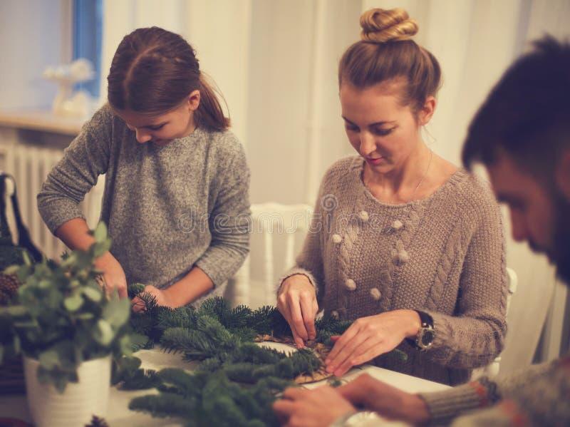 做与女儿的幸福家庭出现花圈 免版税库存照片