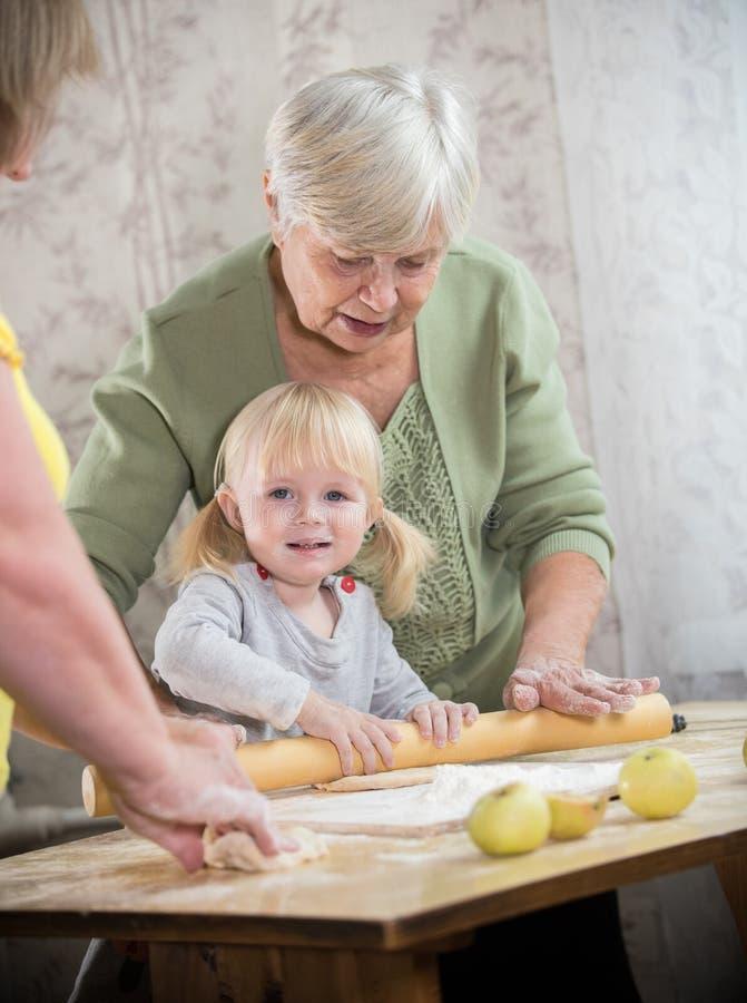 做与女孩的一个老妇人小的饼 照相机女孩查找 库存照片