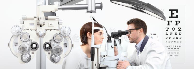 做与妇女耐心测量的验光师眼力与s 免版税库存照片