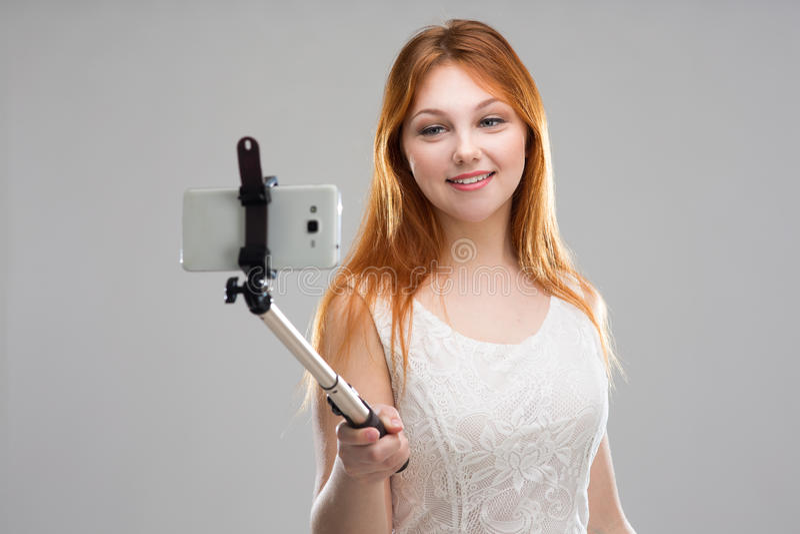 做与您的电话的女孩selfie 免版税库存图片