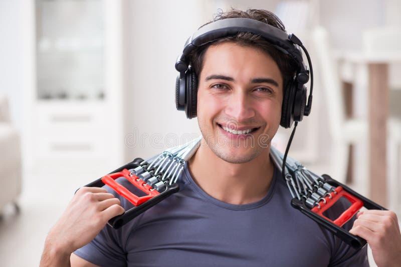 做与抵抗带的体育和听到音乐的人 免版税库存照片