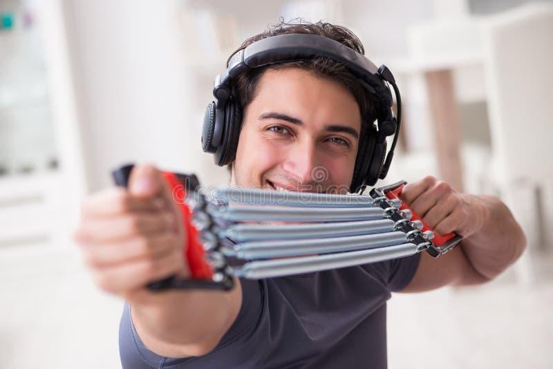做与抵抗带的体育和听到音乐的人 库存图片