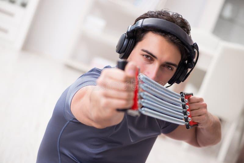 做与抵抗带的体育和听到音乐的人 库存照片