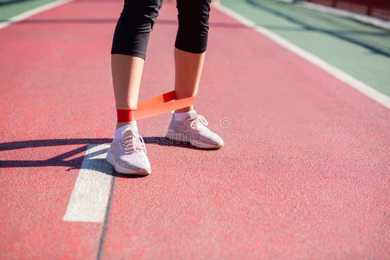 做与抵抗带的运动女孩训练在桥梁 e 免版税图库摄影
