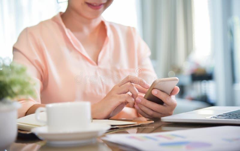 做与智能手机的妇女网上购物 图库摄影