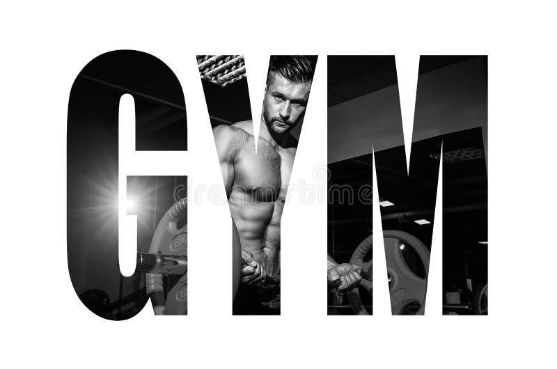 做与杠铃的运动年轻人锻炼在健身房 英俊的肌肉爱好健美者人解决 单色图象 Motiva 免版税库存图片