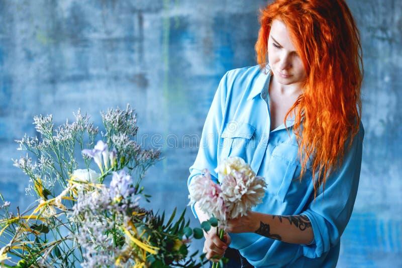 做与玉树poplaraceous杨属和菊花的迷人的快乐的女性售货员透明尸体花束 库存图片