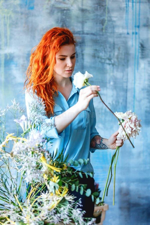 做与玉树poplaraceous杨属和菊花的迷人的快乐的女性售货员透明尸体花束 图库摄影