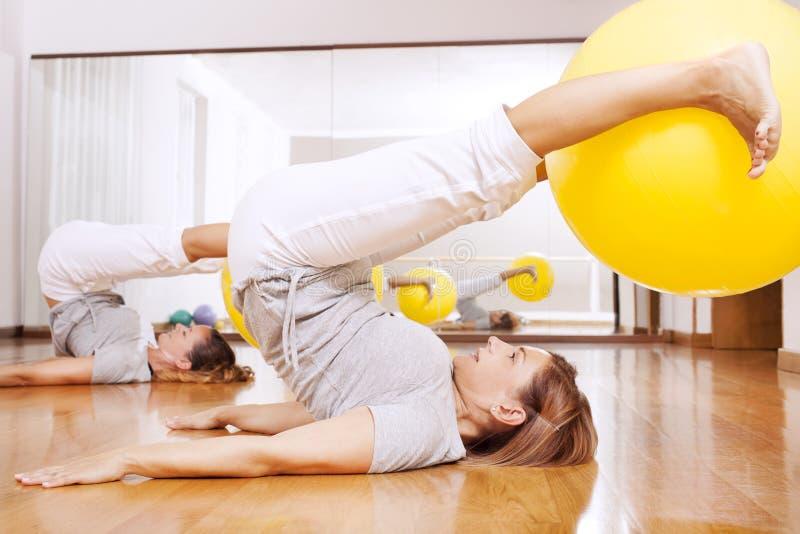 做与球的妇女健身锻炼 免版税图库摄影