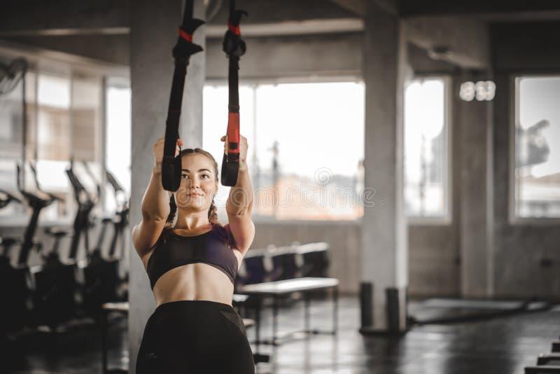 做与球的画象年轻有吸引力的健康妇女身体曲线健身锻炼锻炼在健身房 免版税库存图片