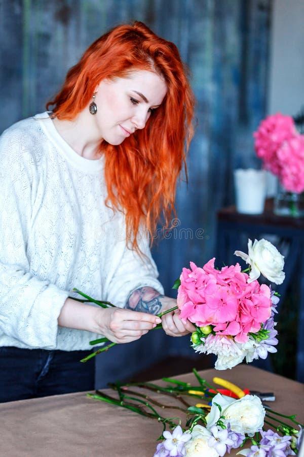 做与紫色番红花、玉树poplaraceous杨属和菊花singl的迷人的快乐的女性售货员花束 免版税库存照片