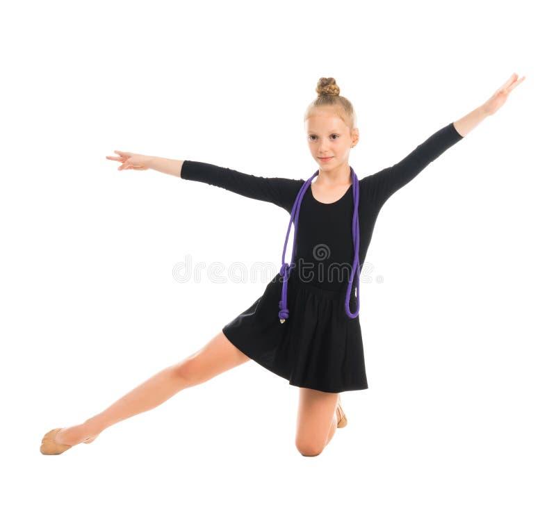 做与跨越横线的小体操运动员锻炼 免版税库存照片