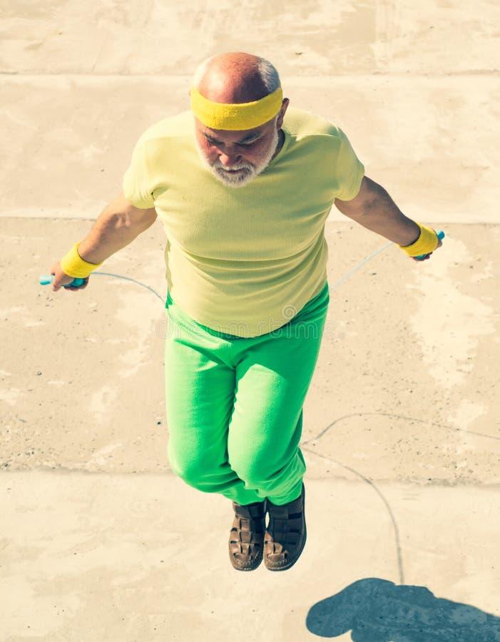 做与跳绳的体育老人锻炼 医疗保健快乐的生活方式 年龄是没有偷懒的借口在您 图库摄影