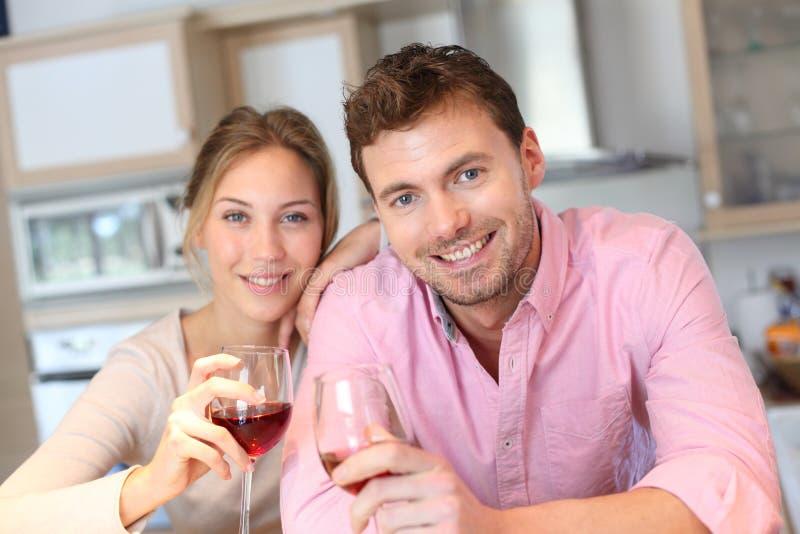 做与酒庆祝的愉快的夫妇多士 免版税库存照片