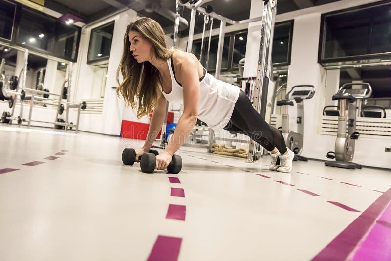 做与重量的少妇一板条锻炼 库存照片