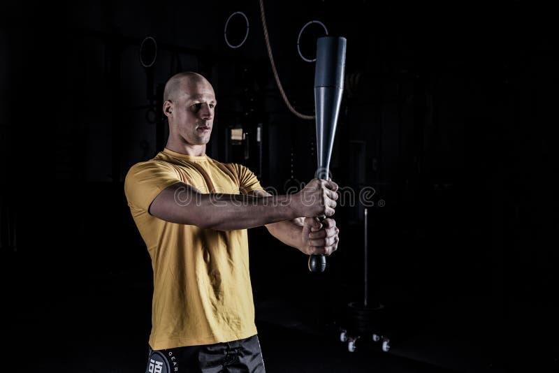 做与Clubbel的运动员锻炼 免版税库存照片
