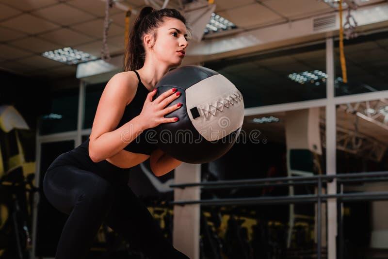 做与med球的运动妇女锻炼 力量和刺激 免版税库存照片
