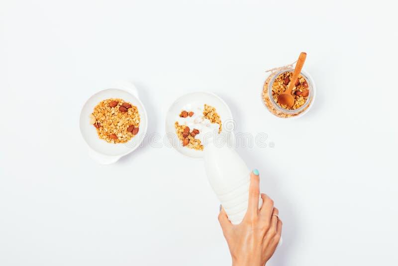 做两的妇女健康坚果格兰诺拉麦片早餐 库存图片