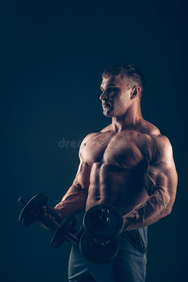 做二头肌卷毛的肌肉人 免版税库存图片