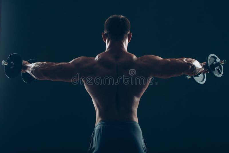 做二头肌卷毛的肌肉人 图库摄影