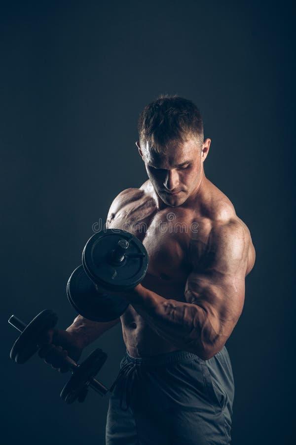 做二头肌卷毛的肌肉人 库存照片
