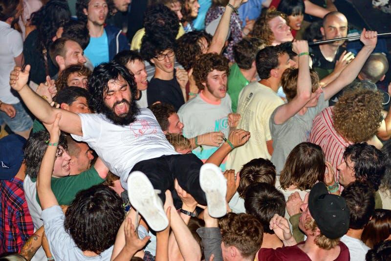 做人群的观众冲浪(亦称用长发甩头坑)在海涅肯Primavera声音2014年 图库摄影