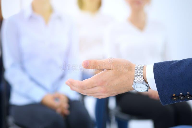 做介绍人的商人 提供研讨会的报告人到他的同事或企业训练 图库摄影