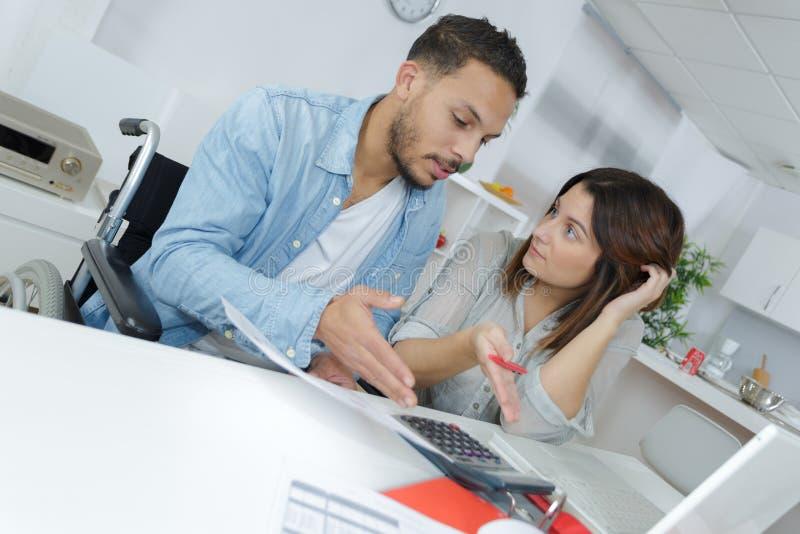 做他们的会计的沮丧的夫妇在他们的客厅 免版税库存照片