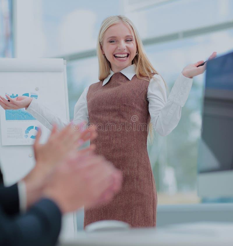 做企业介绍的可爱的妇女对小组 免版税库存图片