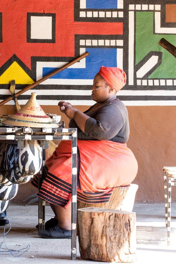 做传统纪念品的非洲妇女 免版税库存照片