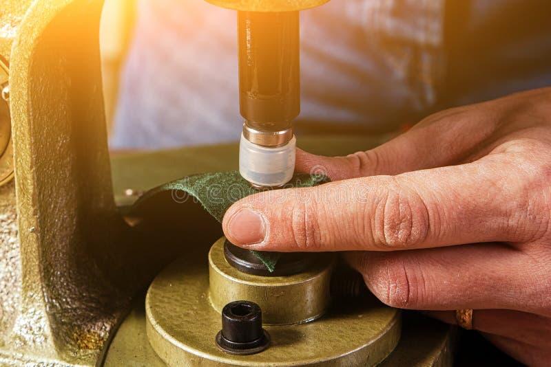 做传送带的削皮工人的特写镜头 库存照片