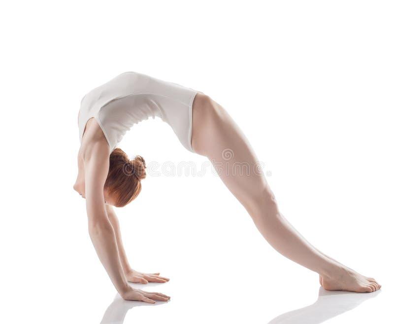做体操桥梁的灵活的亭亭玉立的女孩 库存图片