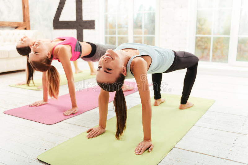 做体操锻炼的微笑的妇女 免版税库存图片