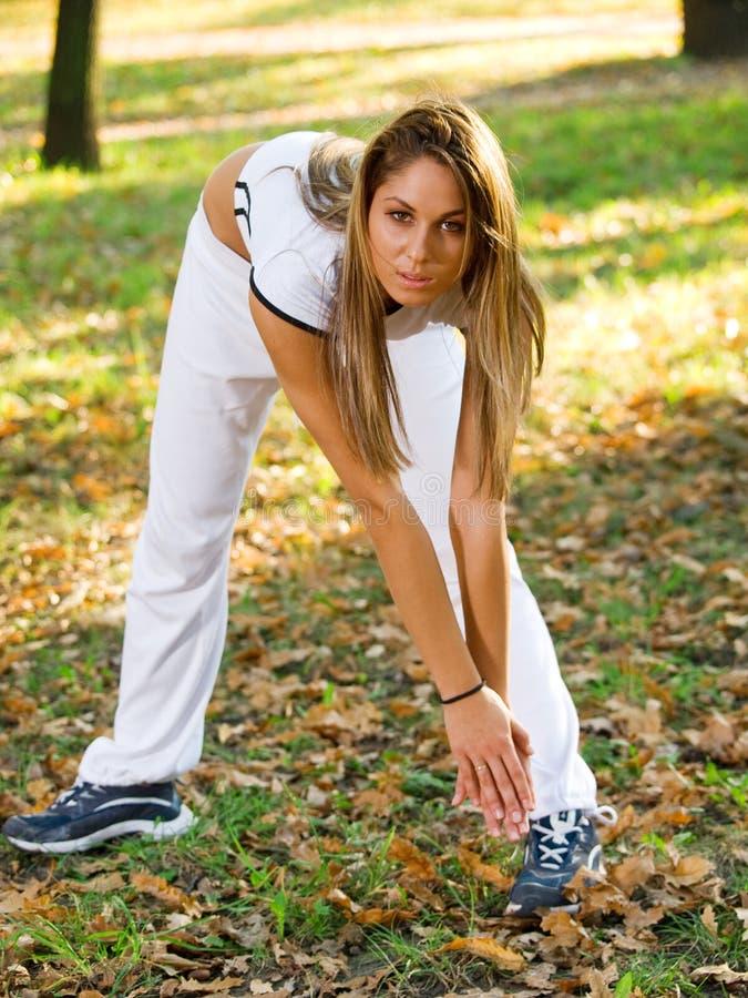 做体育的妇女户外 免版税图库摄影