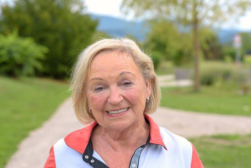 做体育的满身是汗的祖母 库存照片