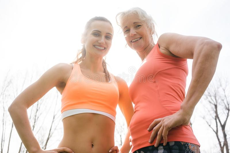 做体育的资深和少妇户外 免版税库存图片