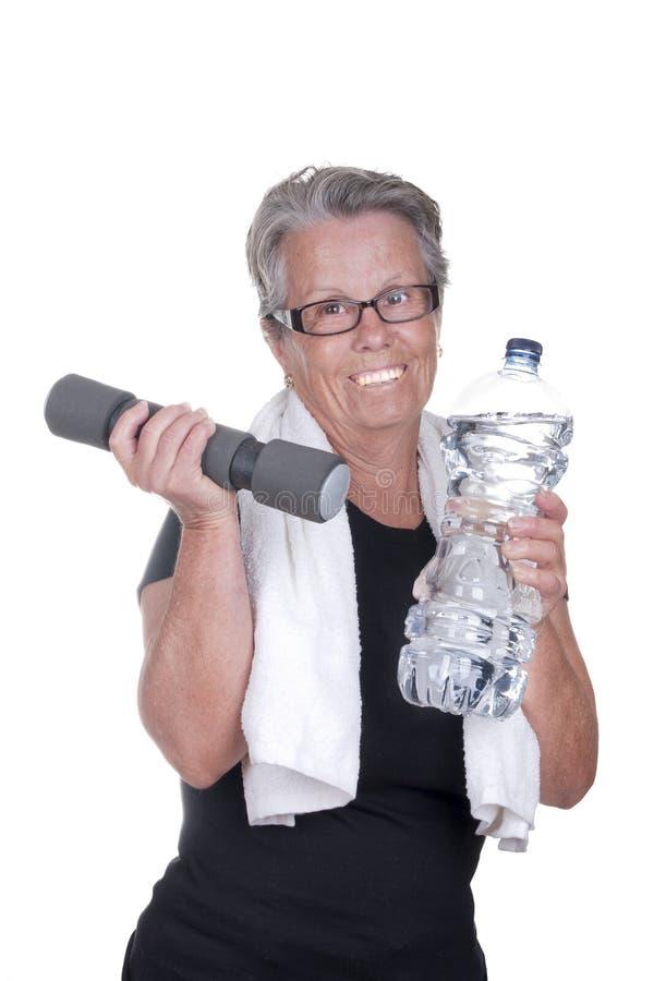 做体育的年长妇女 免版税库存照片