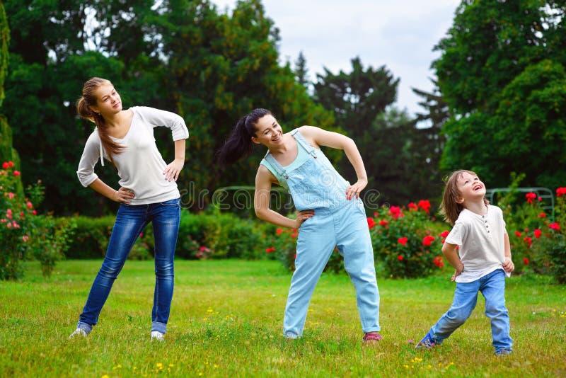 做体育运动的愉快的家庭画象 免版税图库摄影